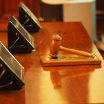 Pult im Gerichtssaal