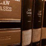 Gesetzbücher im Regal