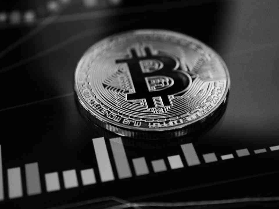 Bitcoin-Münze mit Preischart
