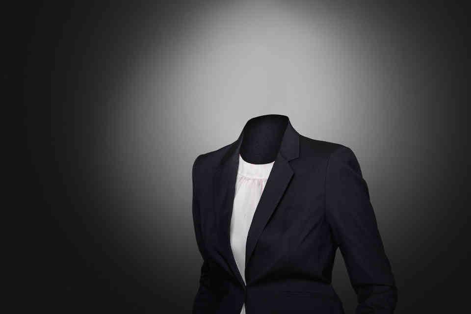 Unsichtbare Person im Anzug